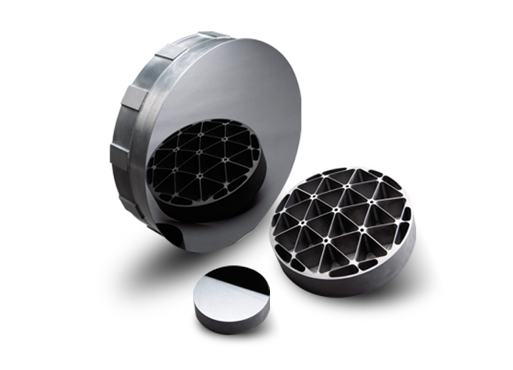 Optical mirrors for space telescopes using technical ceramics.
